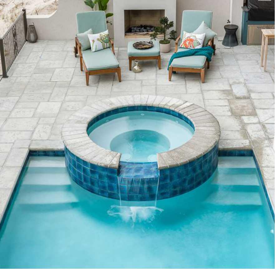 Kolam renang dengan lantai batu alam
