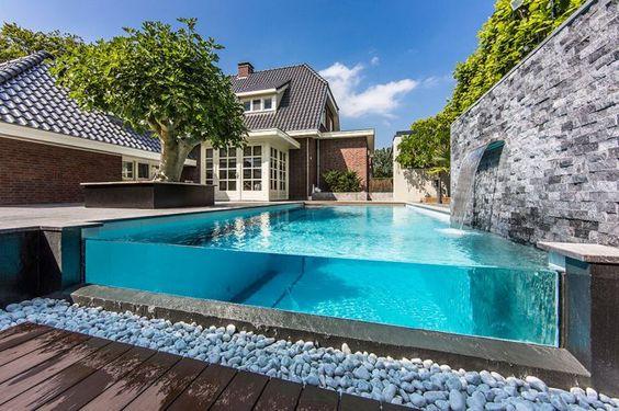 kolam renang dengan dinding kaca